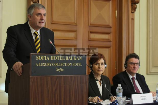 Labour and Social Policy Minister Kalfin to Insist on Minimum Wage of Lv 380 as from 2015