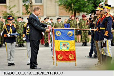 President Iohannis at Guard Regiment anniversary: You represent powerful Romania, set an example